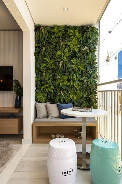 Varanda com parede forrada de plantas.