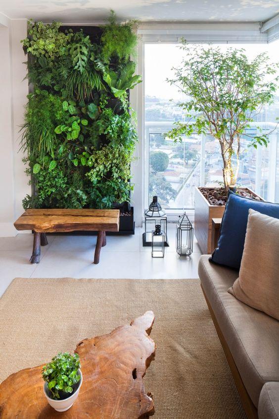 Sala de estar com jardim vertical.