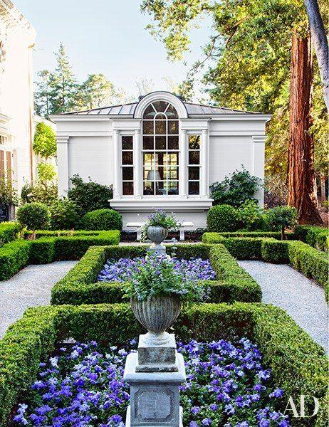 Jardim com arbustos e flores.
