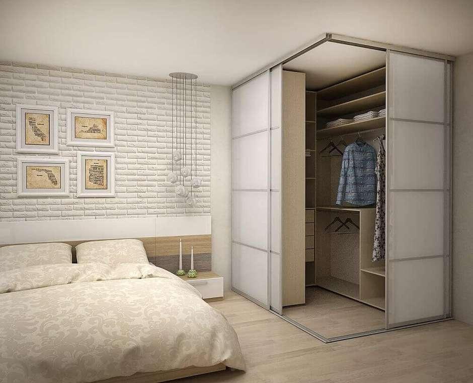 Quarto com closet pequeno e planejado.