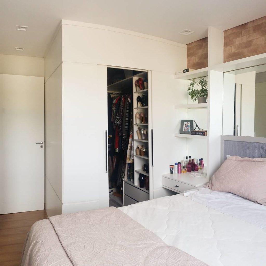 Quarto com closet simples e planejado.