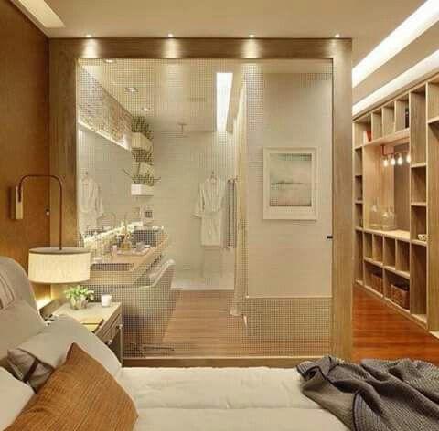 Quarto com closet e espaço para maquiagem.