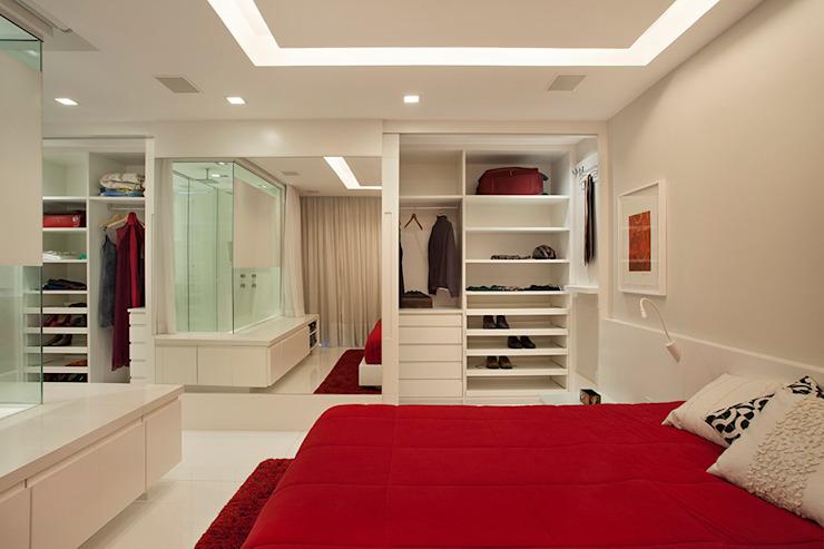 Quarto com closet e banheiro moderno.