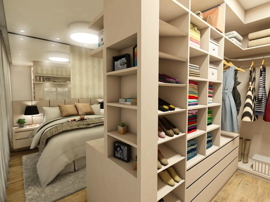 Quarto com closet planejado e clean.