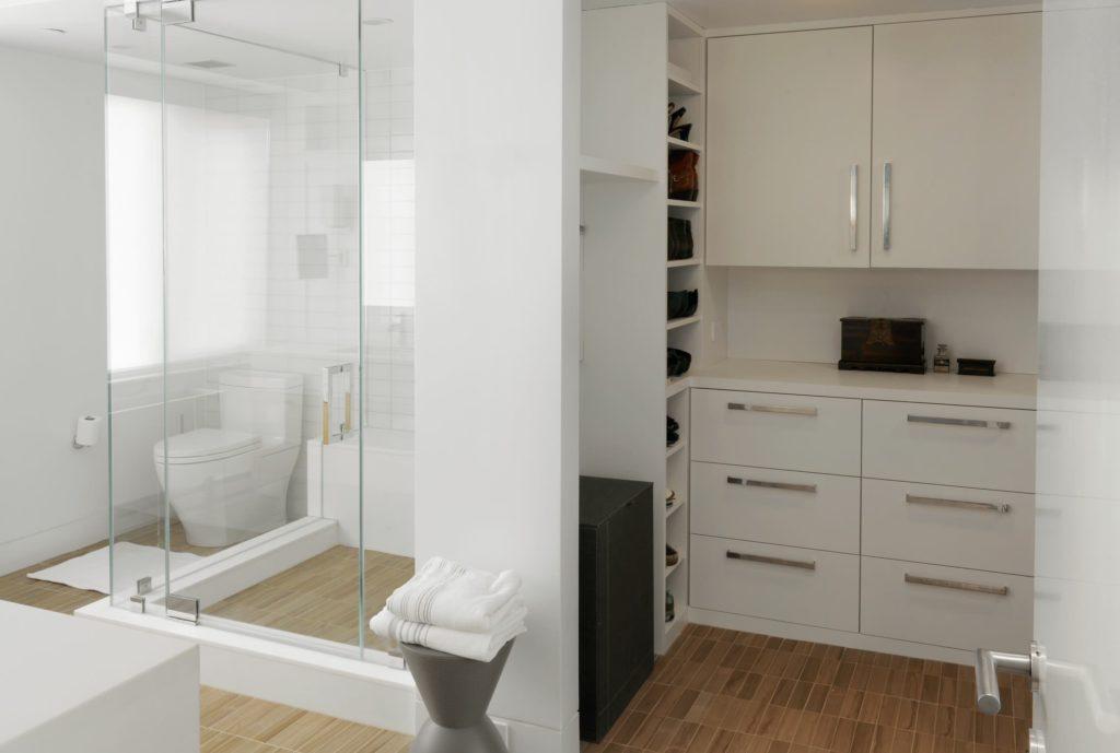 Quarto com closet e banheiro aberto.