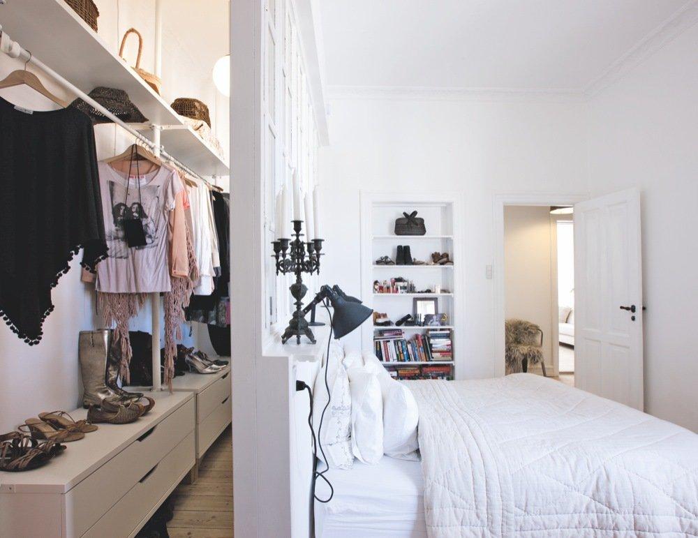 Quarto com closet minimalista.