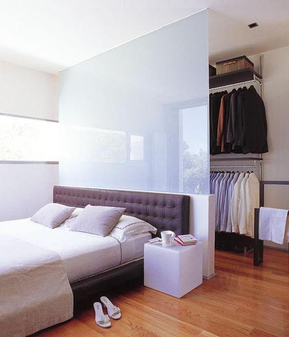 Quarto com closet com divisória de vidro jateado.