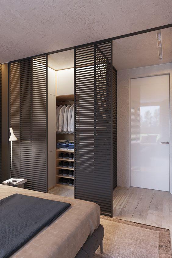 Quarto com closet com porta moderna.