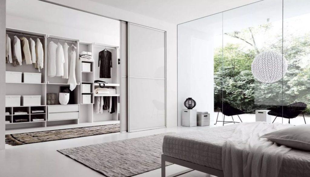 Quarto com closet e decoração minimalista.