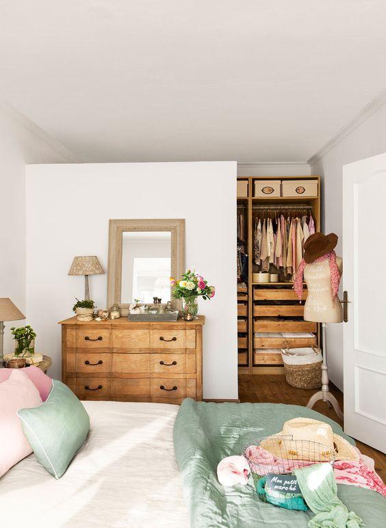 Quarto com closet com decoração romântica.
