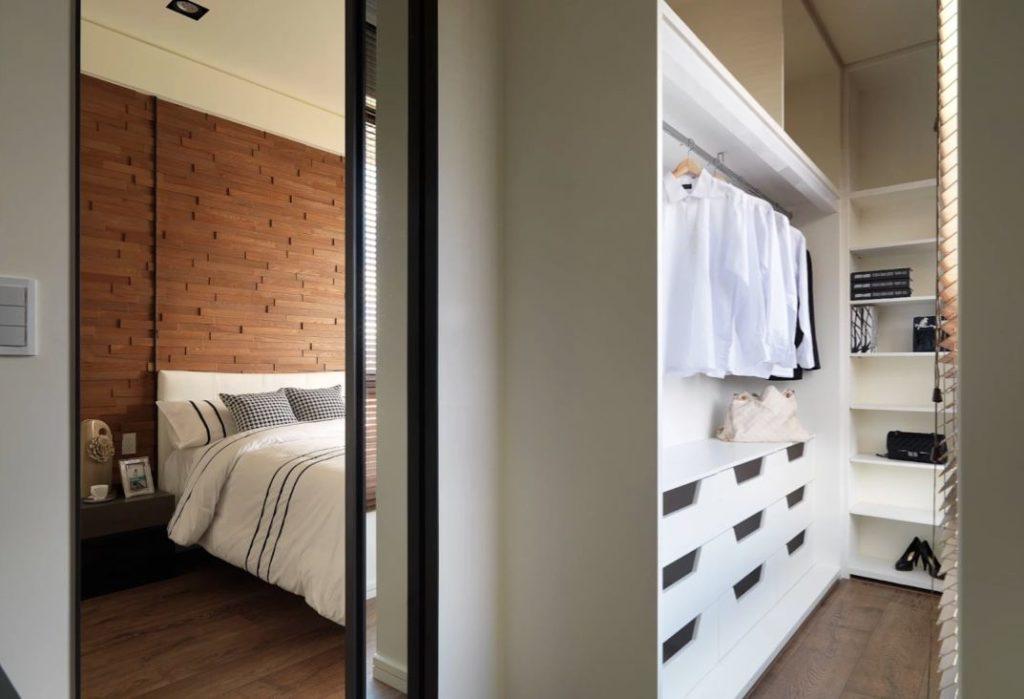 Quarto com closet branco.