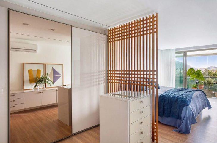 Quarto com closet moderno e branco.