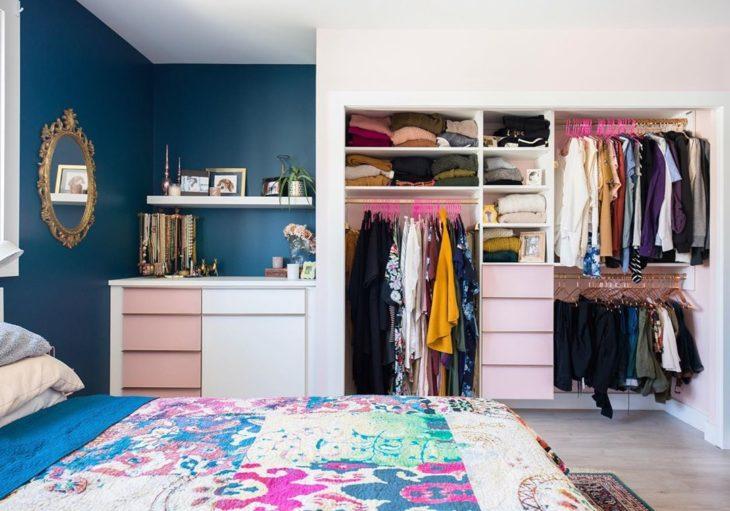Decoração feminina com armário aberto.