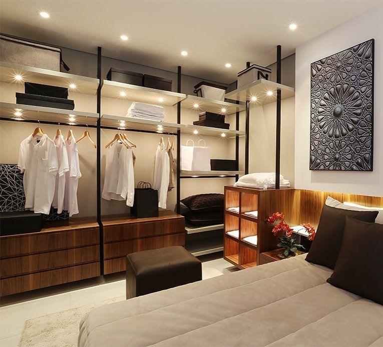 Decoração moderna com armário aberto.