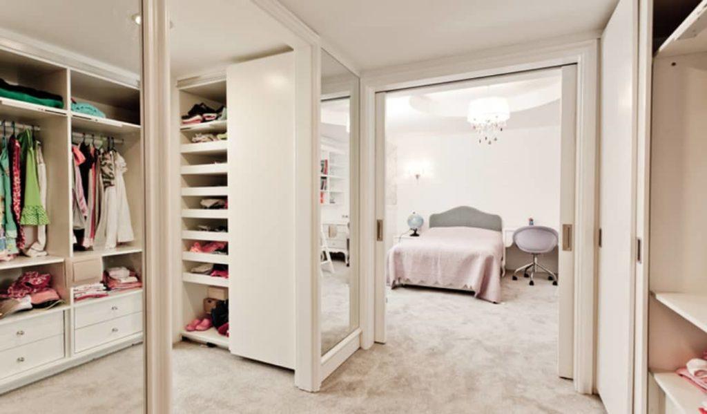 Decoração feminina com armários planejados.