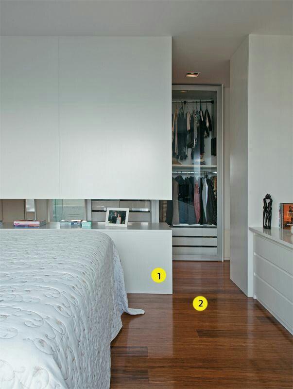Decoração moderna com armário com portas de vidro.