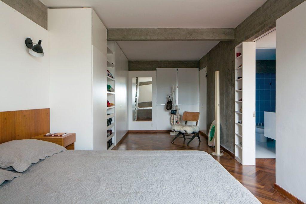 Decoração minimalista com parede de cimento queimado.