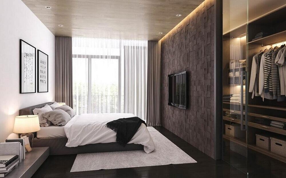 Decoração masculina e armário com porta de vidro.