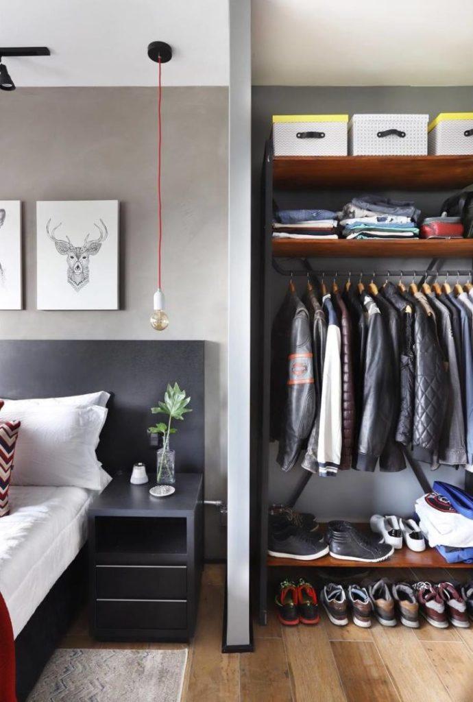 Decoração moderna com pendente suspenso e parede cinza.