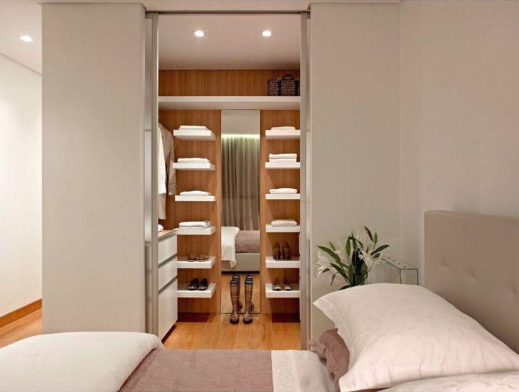 Decoração simples com armário e porta de correr.