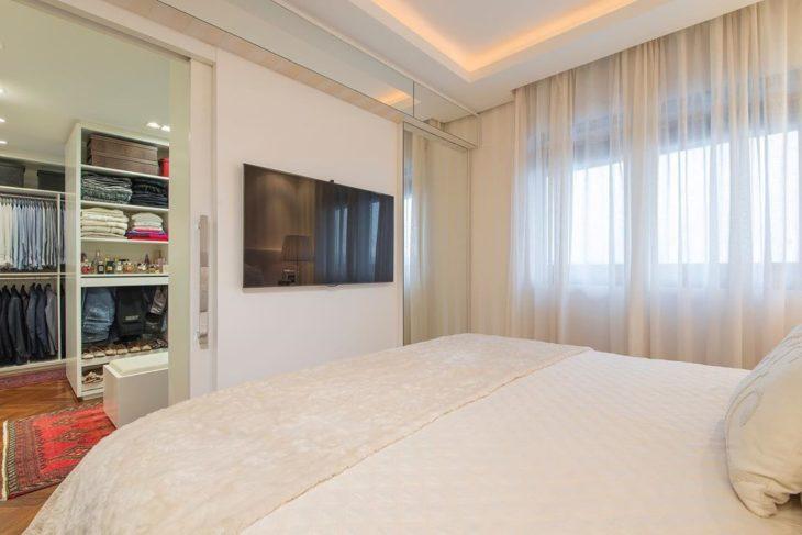 Decoração simples com armário com televisão.