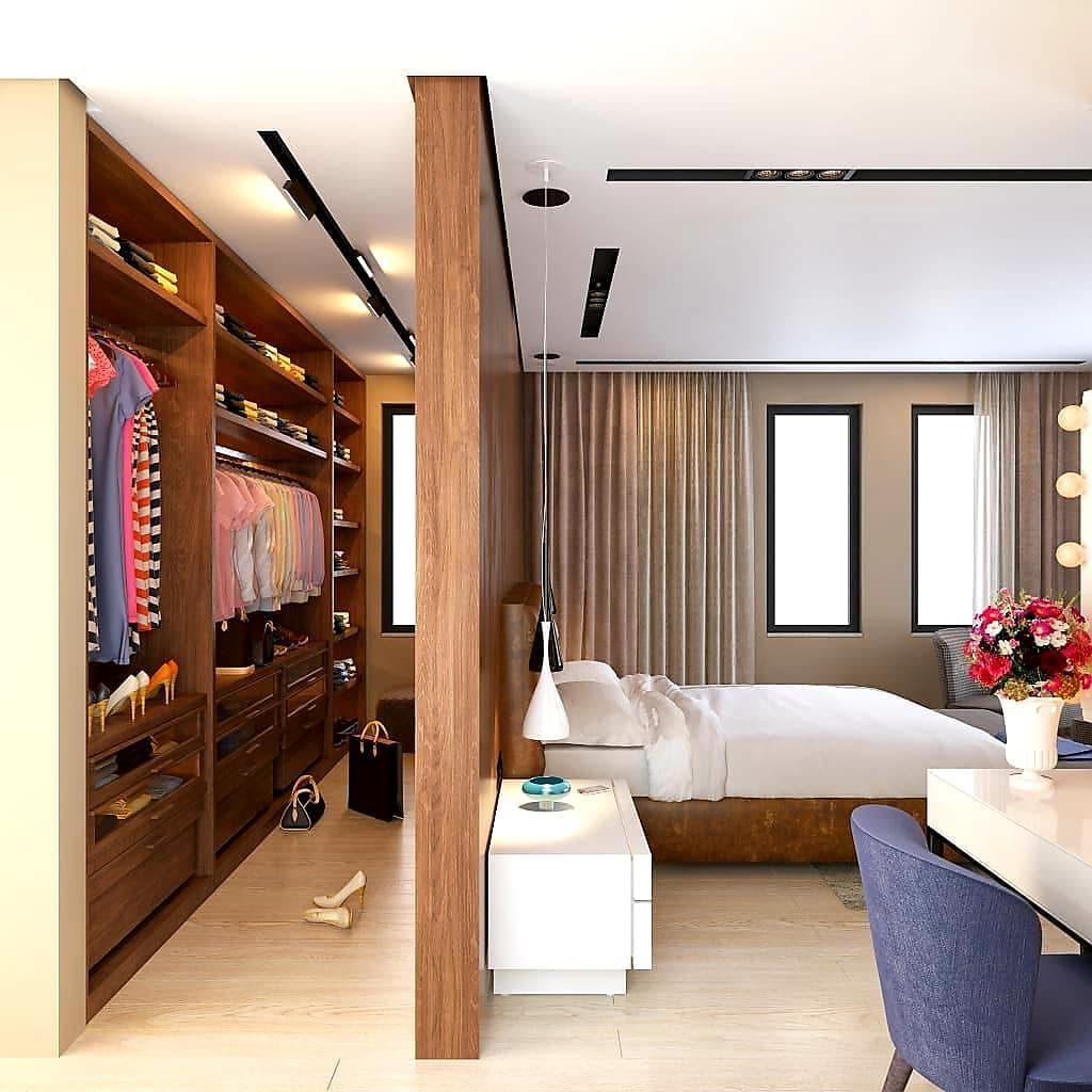 Decoração com cama de couro e armários de madeira.