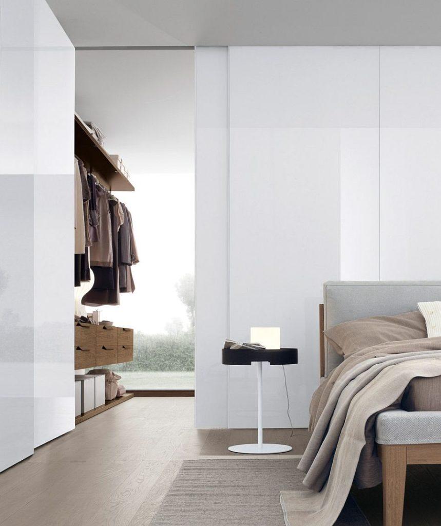 Decoração minimalista e armários abertos.