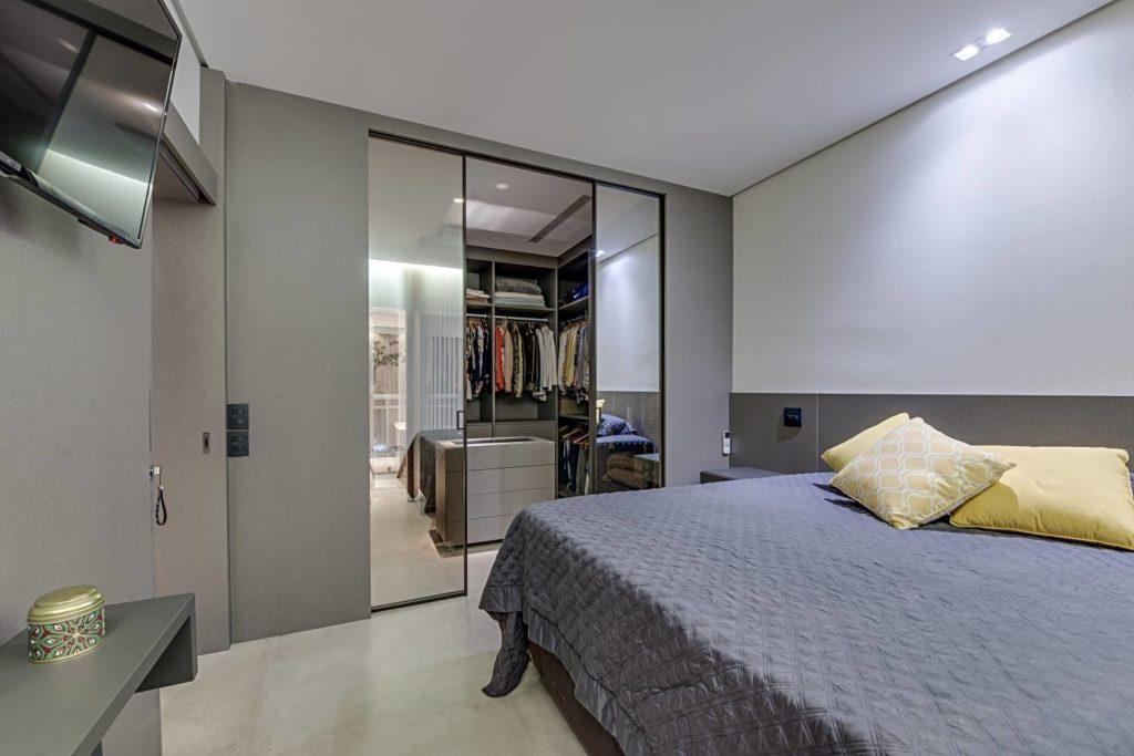 Decoração simples com armários de porta espelhada.