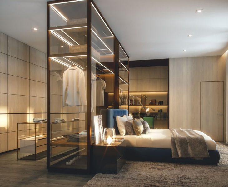 Decoração moderna com armários de vidro.