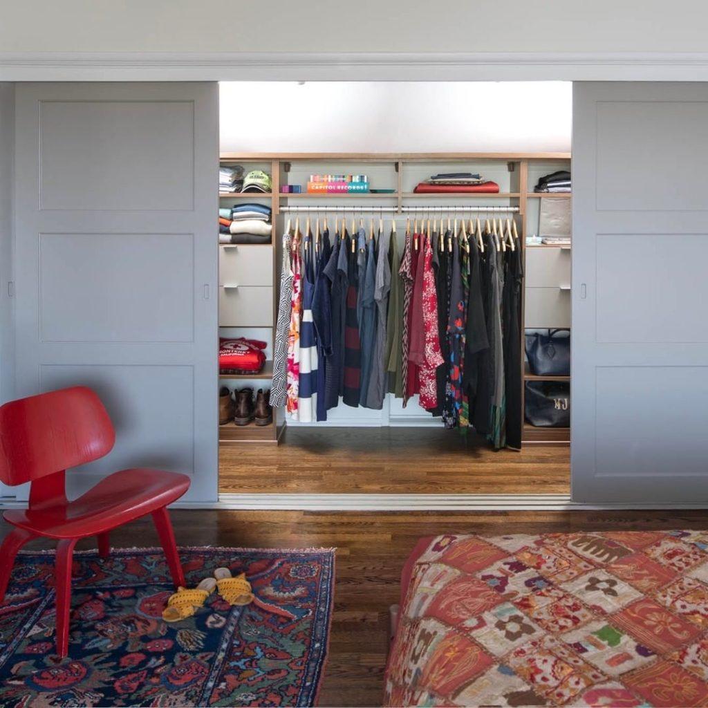 Decoração com armários com porta de correr.