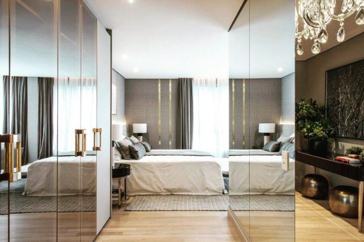 Decoração com armários com portas espelhadas.