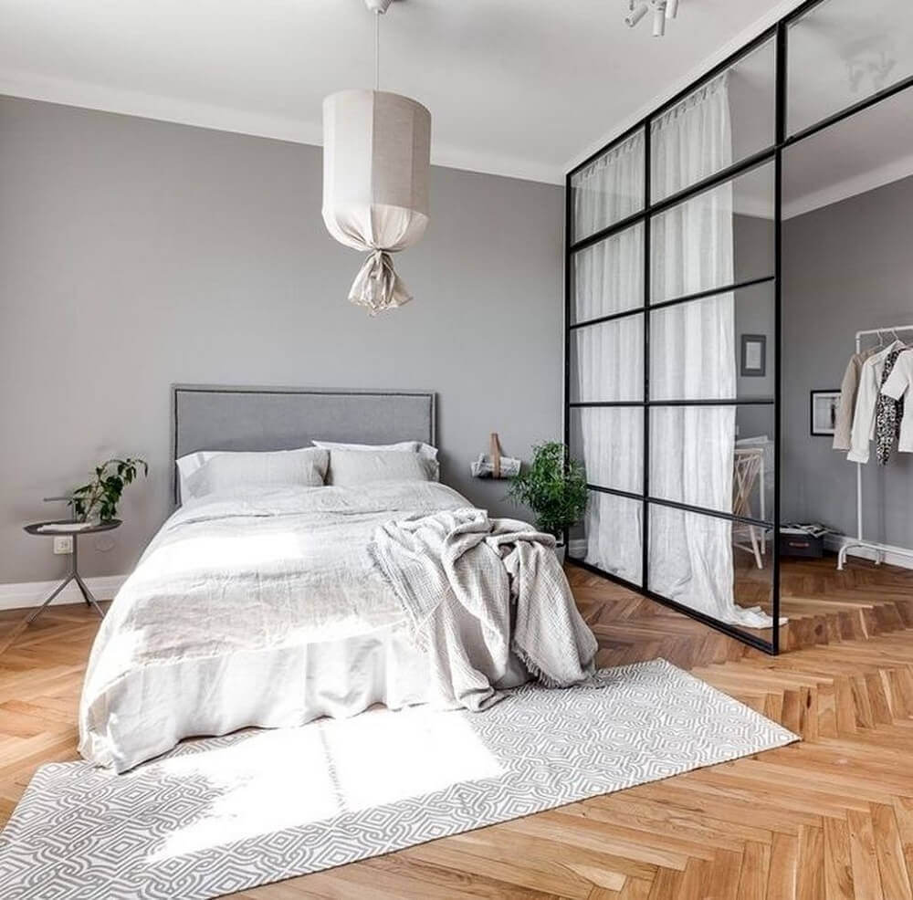 Quarto minimalista com closet.