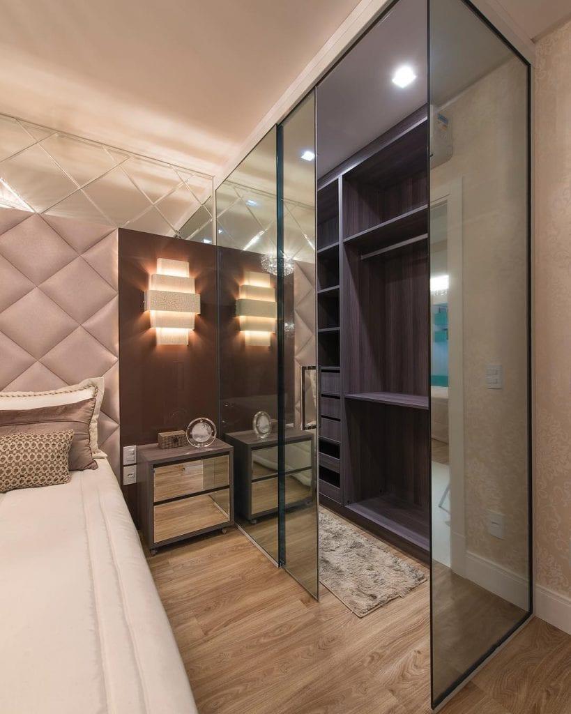 Quarto moderno com closet de vidro.