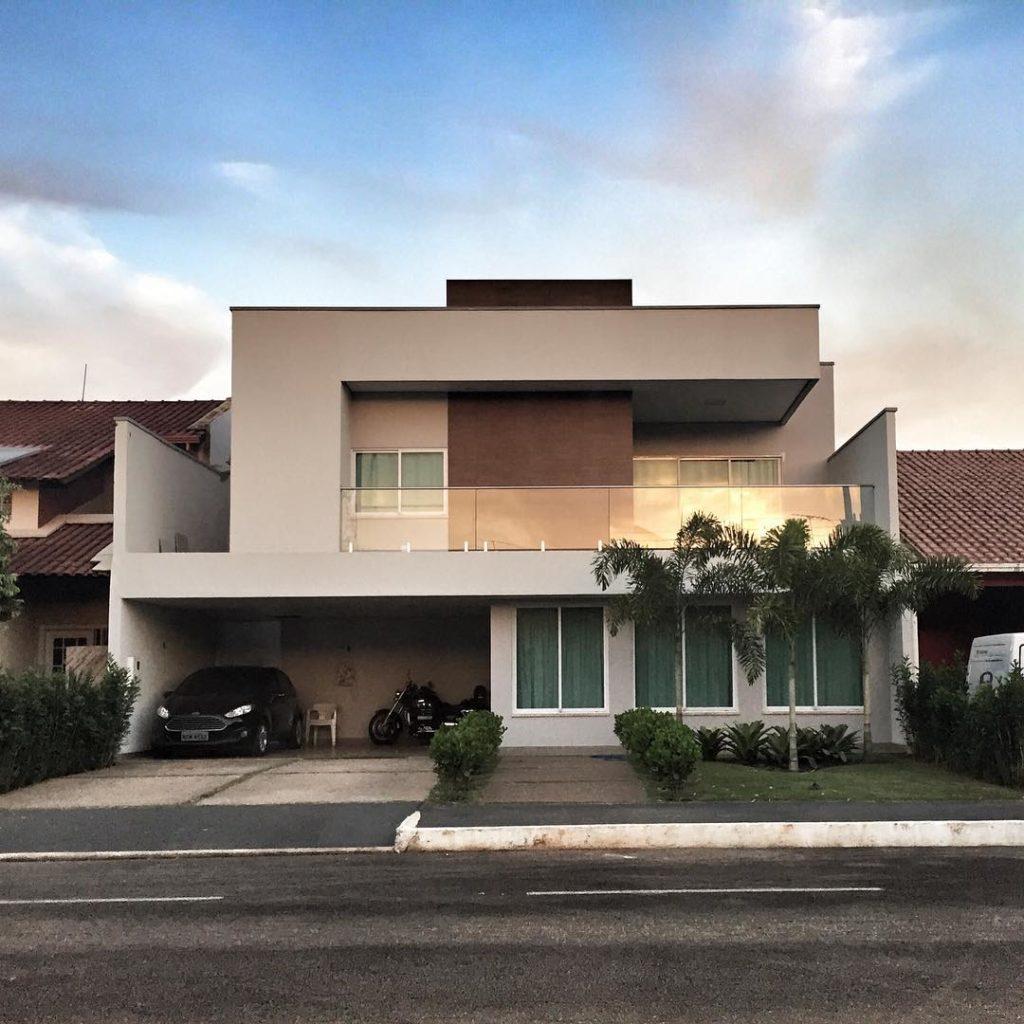 Casa com dois andares com telhado embutido.