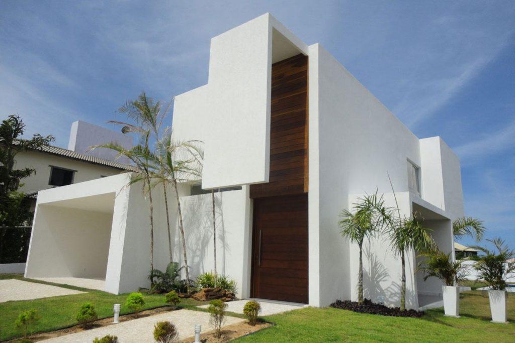 Construção moderna com linhas retas e telhado embutido.