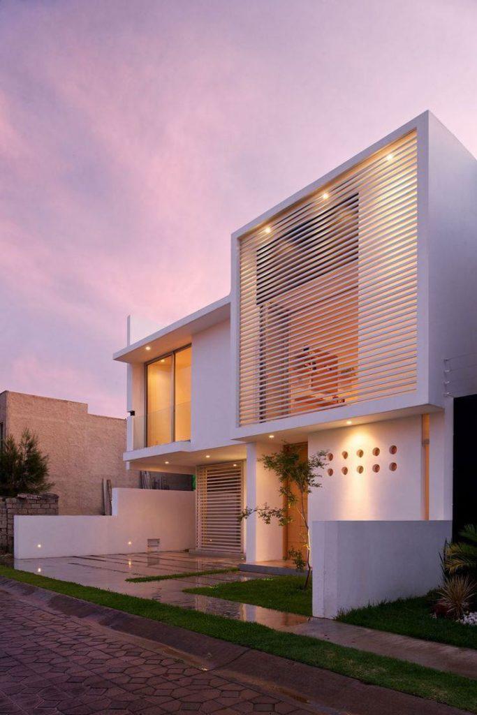 Casa de dois andares com projeto moderno e telhado embutido.