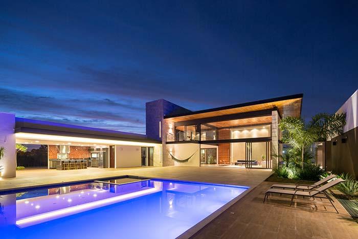 Casa com piscina e telhado embutido.