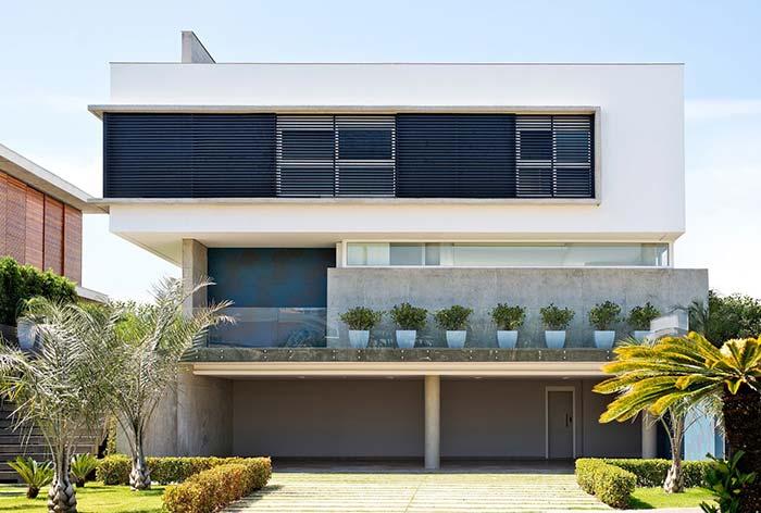 Casa com três andares e telhado embutido.