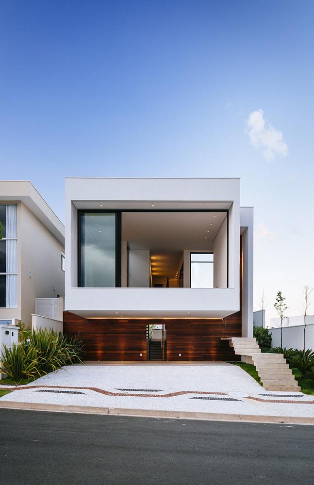 Casa com projeto arquitetônico moderno e telhado embutido.