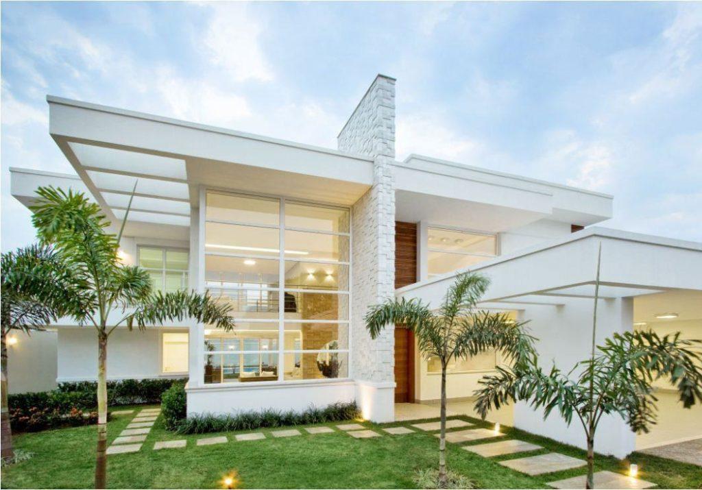 Fachada de casa luxuosa branca.