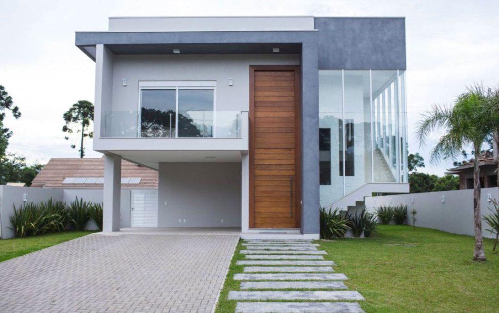 Fachada de casa com formato quadrado e moderno.
