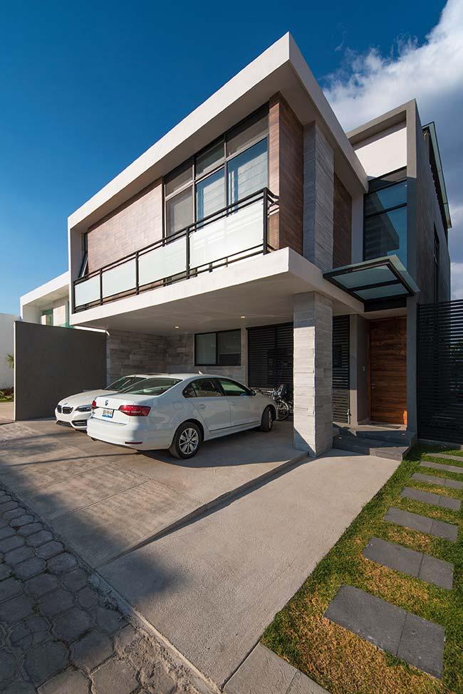 Fachada de casa moderna com projeto quadrado e dois andares.