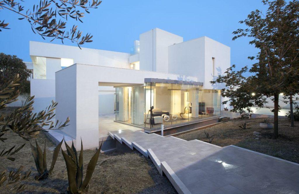 Casa moderna com parede de vidro fixo.