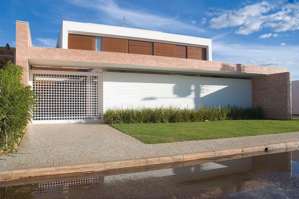 Fachada de casa moderna com revestimento de tijolinho aparente.