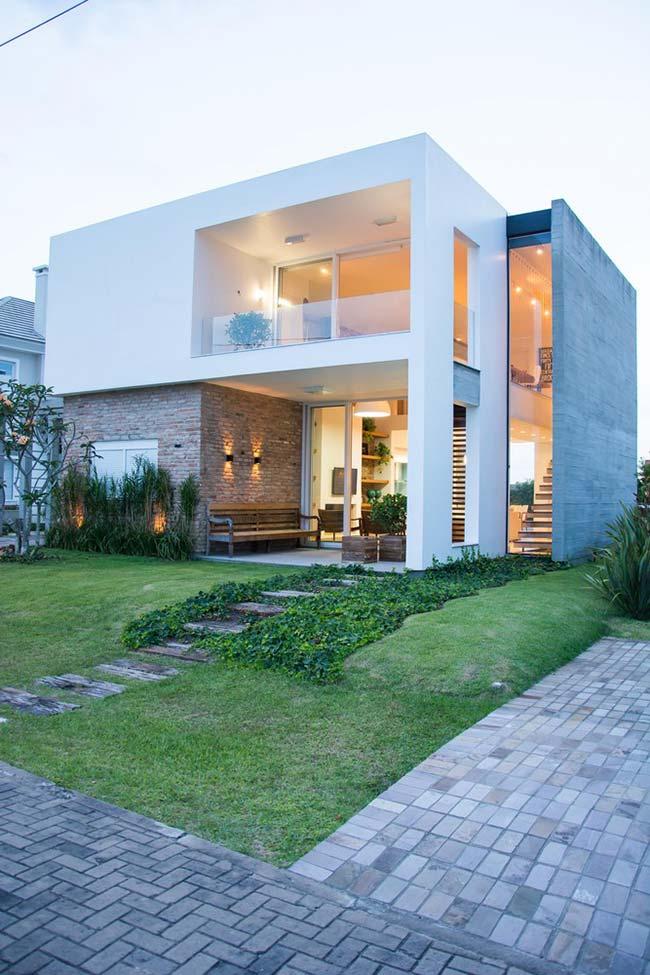 Fachada de casa moderna com projeto quadrado.