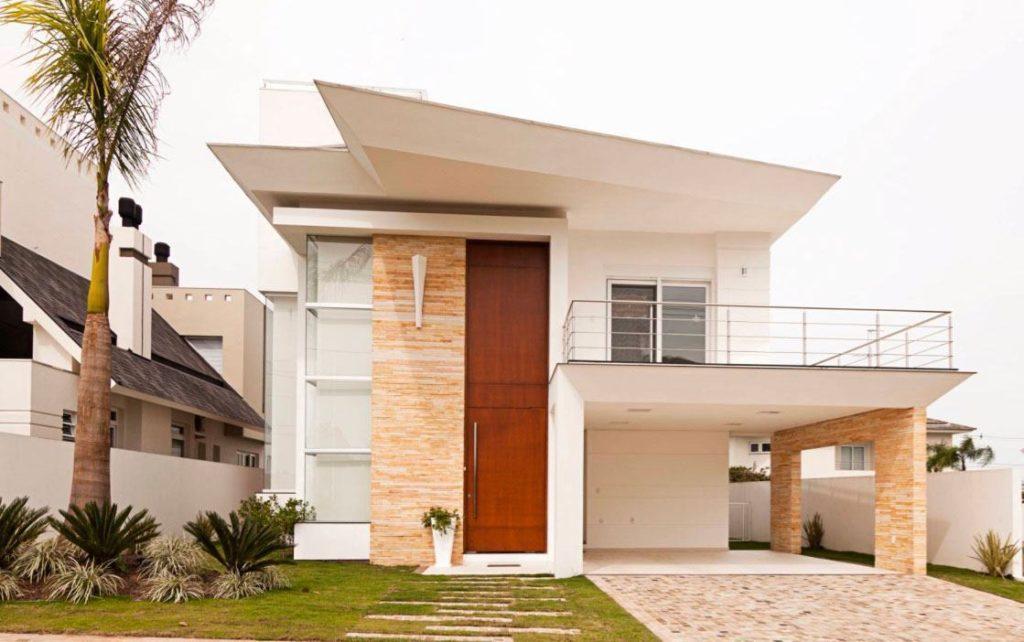 Fachada de casa com telhado embutido com design geométrico.
