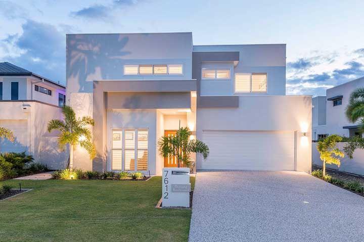 Fachada de casa branca e moderna.