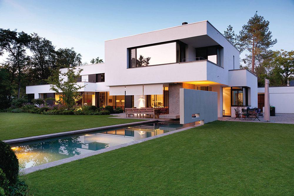 Casa moderna com piscina retangular.
