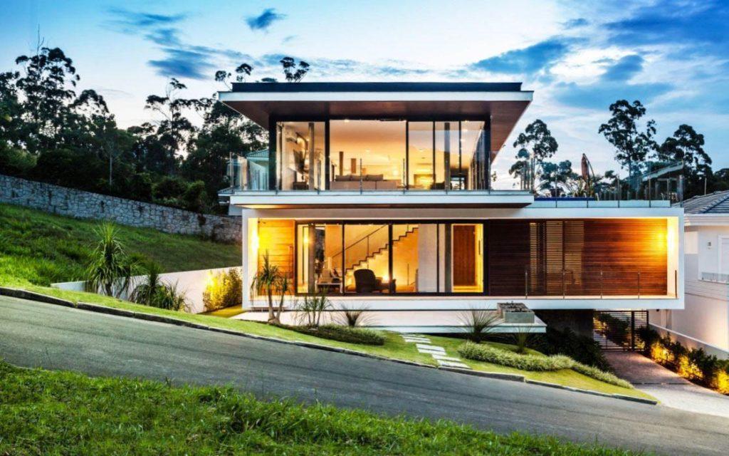 Fachada de casa construída em terreno inclinado.