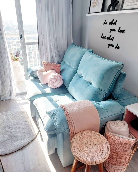 Sala pequena com sofá azul tiffany.